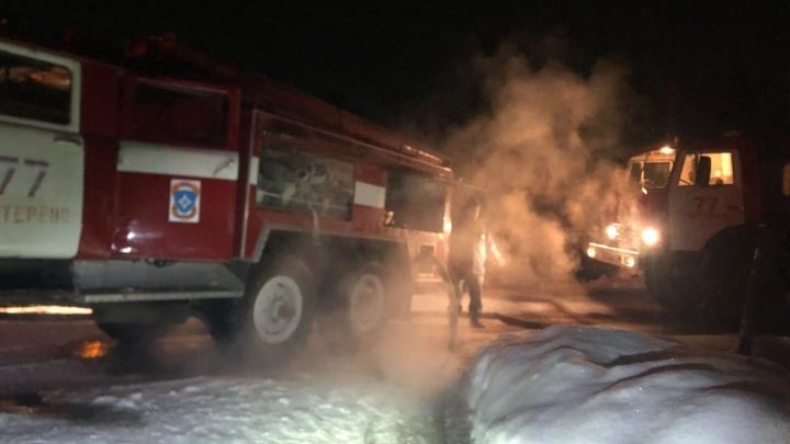 В Петушинском районе спасатели эвакуировали из горящего дома восемь человек