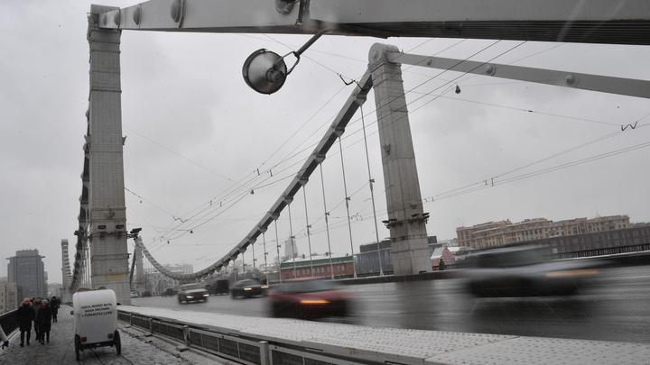 Мужчина опасным трюком перекрыл движение на Крымском мосту столицы