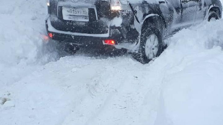 Дороги убираются удовлетворительно: Мэр поселка обещает наказать забросавших снегом администрацию жителей