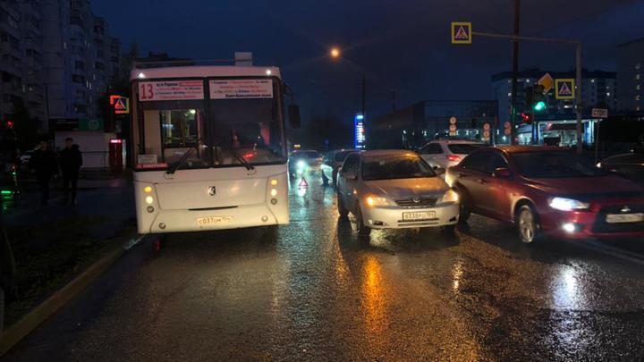 В Новосибирске автомобиль сбил девушку – её без сознания увезли в больницу