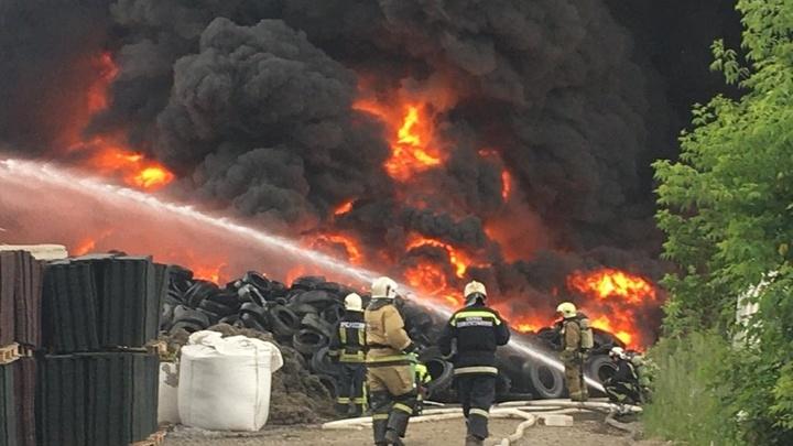 В МЧС рассказали о сильном пожаре на территории завода в Новосибирске
