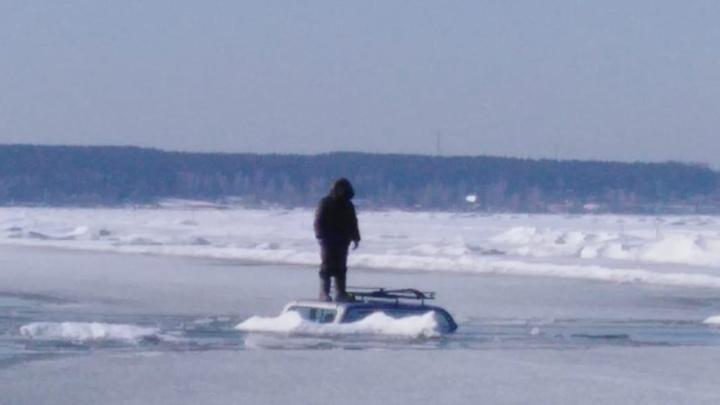 Ждал спасателей на крыше: В Ордынском районе рыбак вместе с машиной провалился под лёд