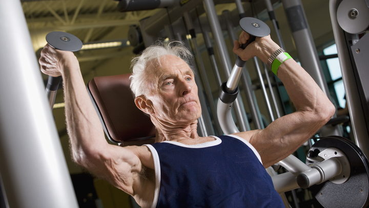 Тренировки с отягощением помогут сохранить качество жизни в старости – ученые