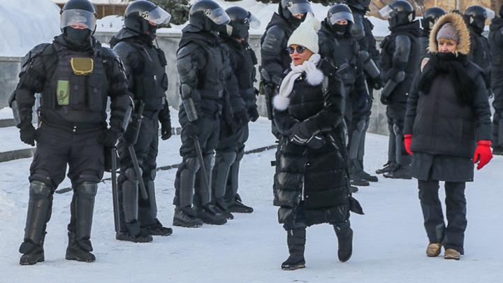 Куда идти, что делать...: в центре Челябинска полиция разгоняет незаконный митинг