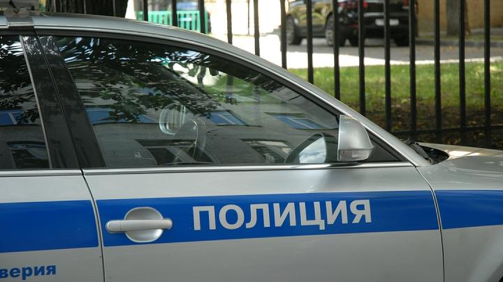 Иностранец со стеклом накинулся на русского полицейского - видео случившегося