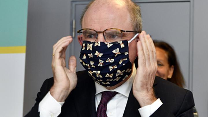 Сейчас я примерю: Министр не смог с первого раза надеть маску,  рассмешив собравшихся
