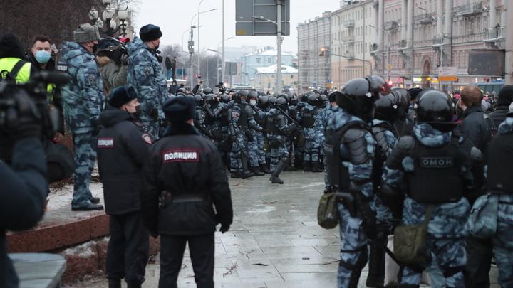 Белый бант, посмотрите рядом с собой: ОМОН воссоединил семью на митинге в Москве