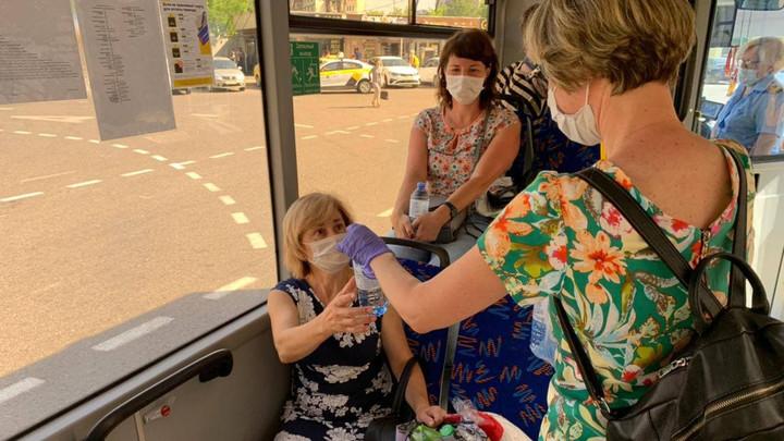 В подмосковных автобусах и электричках из-за жары начали бесплатно раздавать воду
