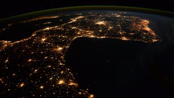 Алая звезда над Москвой: Жители столицы смогут увидеть пролет МКС вблизи Луны