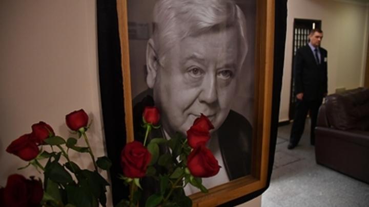 Бордовые розы для великого артиста: Путин лично простился с Олегом Табаковым