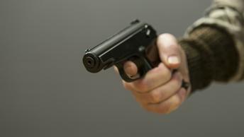 Радикалы открыли стрельбу в центре Киева: ранен сотрудник полиции
