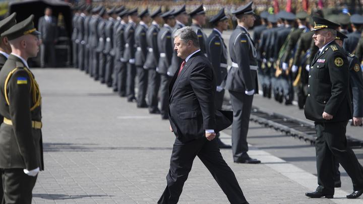 Взбешенный доброволец «Азова» увильнул от протянутой руки Порошенко - видео