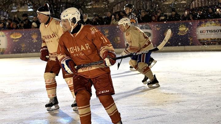 Шайбу, шайбу: Путин сыграл в хоккей с Фетисовым на Красной площади