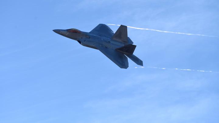 На Аляске подняли в воздух F-22 из-за российских бомбардировщиков