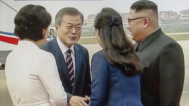 Ким Чен Ын устроил сюрприз, приехав в аэропорт встречать южнокорейского коллегу