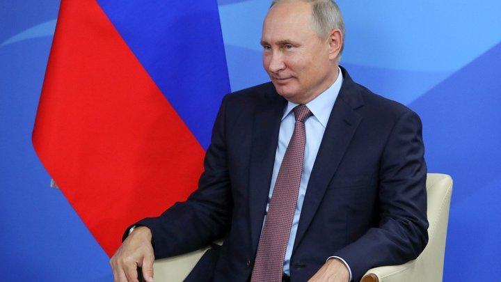 На Евразийском женском форуме дамы, сбивая друг друга, бросились к Путину