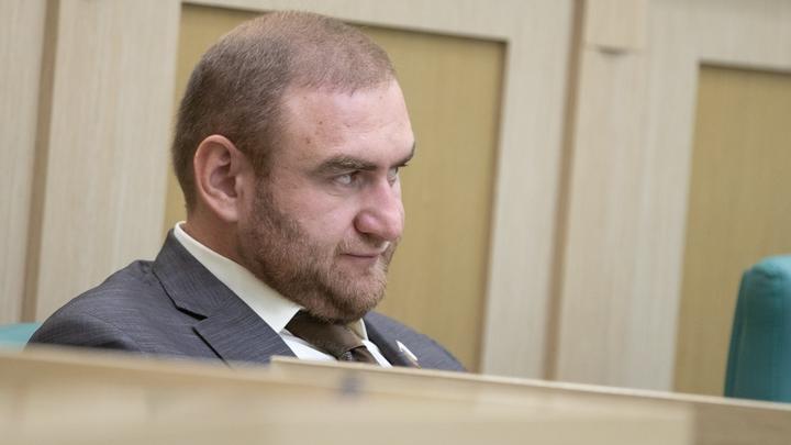Арашуков нашел общий язык с сокамерником-террористом, но жалуется на отсутствие горячей воды