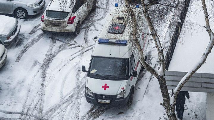 В Подмосковье ледяная глыба рухнула на головы матери и двух малышей: Чудом никто не погиб