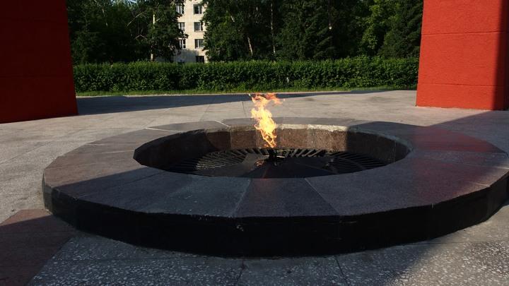 Украинские вандалы продолжают глумиться над Вечным огнем