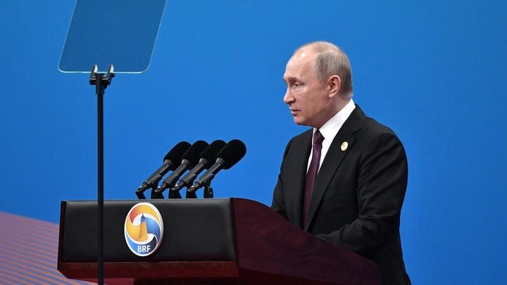 Путин обменялся сдержанными улыбками с Помпео - видео