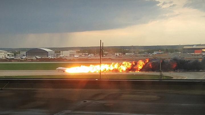 Кто-то из пассажиров мог в панике дергать ручку: МАК в отчете о сгоревшем Superjet указал на открытую в салоне дверь