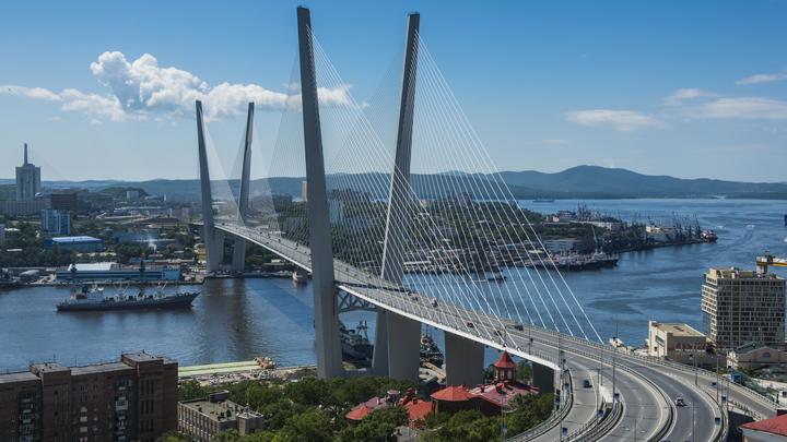 В Киеве пригрозили поднять во Владивостоке украинский влаг в пику потеплевшему к России Макрону