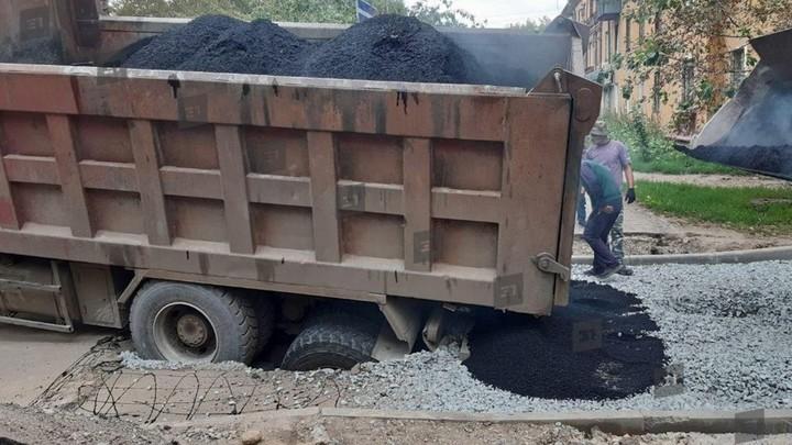 В Челябинске на дороге провалился грузовик