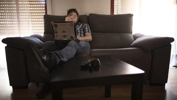 Головокружения и больная спина: Врач объяснила, чем грозит работа за ноутбуком лежа
