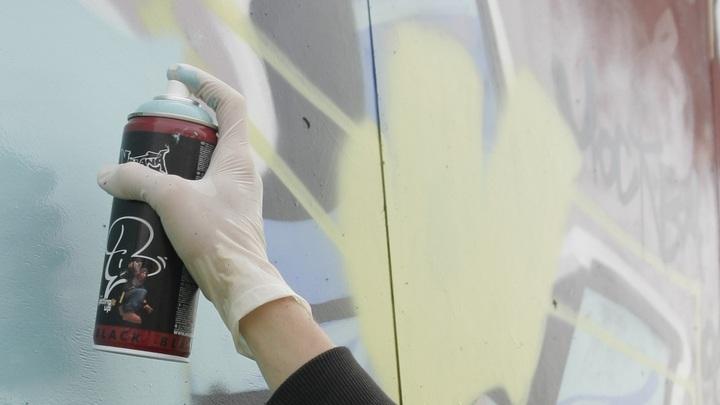 В Польше украинца посадили на цепь за его граффити в трамвае