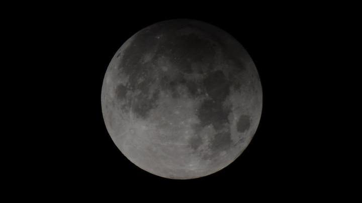 Уфологи разглядели на Луне обломки НЛО