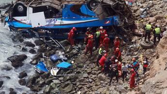Количество жертв падения автобуса в пропасть в Перу может достигнуть 50