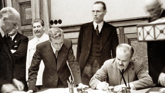 Как благодаря Пакту с Гитлером Россия избежала войны со всем миром