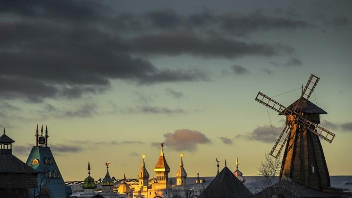 Огонь переходит на второй этаж: На востоке Москвы горит Измайловский кремль