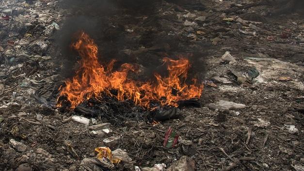 На тушение загоревшейся свалки в Юрмале отправили пожарный поезд