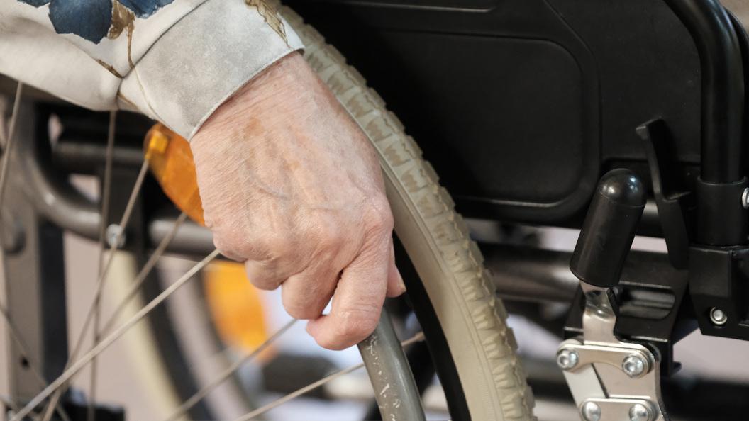Глава Кузбасса Тулеев провел рабочее совещание в инвалидной коляске