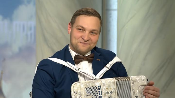 Бутусов на Царьграде сыграл Despacito на русской гармони