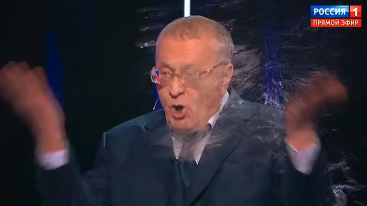 Даже в этом плагиат: Собчак окатила главу ЛДПР коктейлем Жириновского