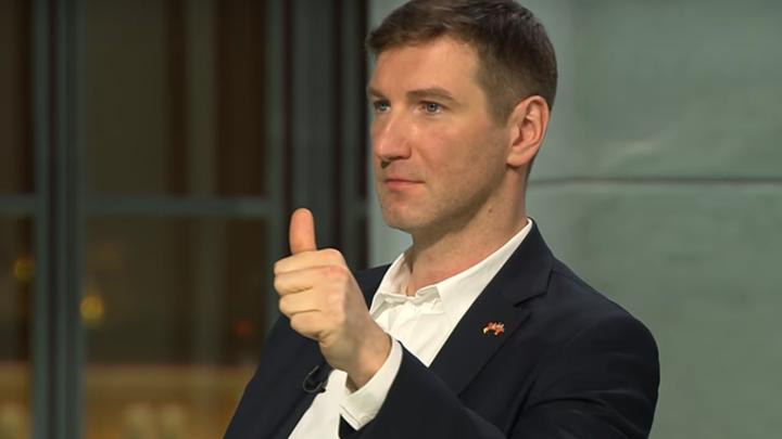 Ненавижу геев: Волонтер Красовского сорвал майку, узнав о «голубой программе» кандидата в мэры