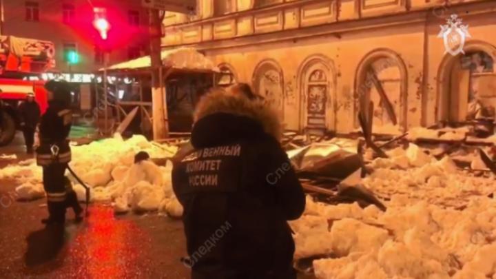 ЧП в Твери: на одной из центральных улиц на прохожих обрушился деревянный навес