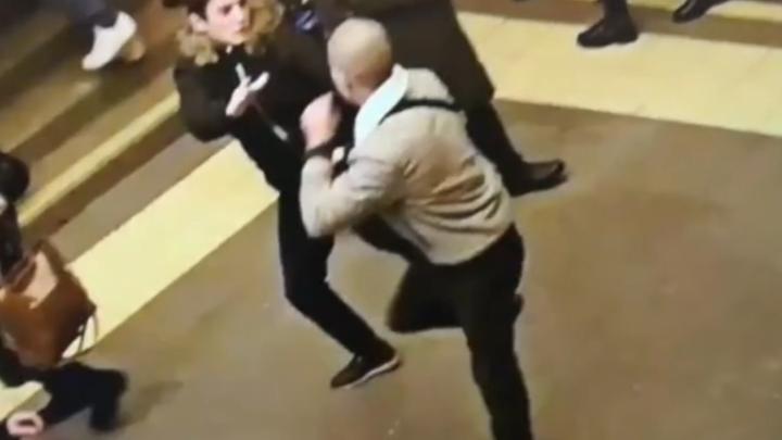 Видео: Четыре человека устроили массовую драку в подземке Санкт-Петербурга