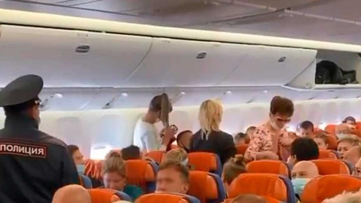 Семью ростовского депутата сняли с самолета за дебош