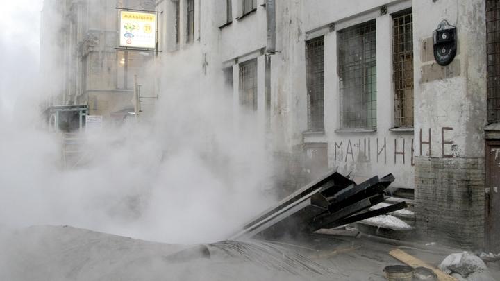 Неведомый портал: В Новосибирске из ямы повалил пар и полетели горячие брызги