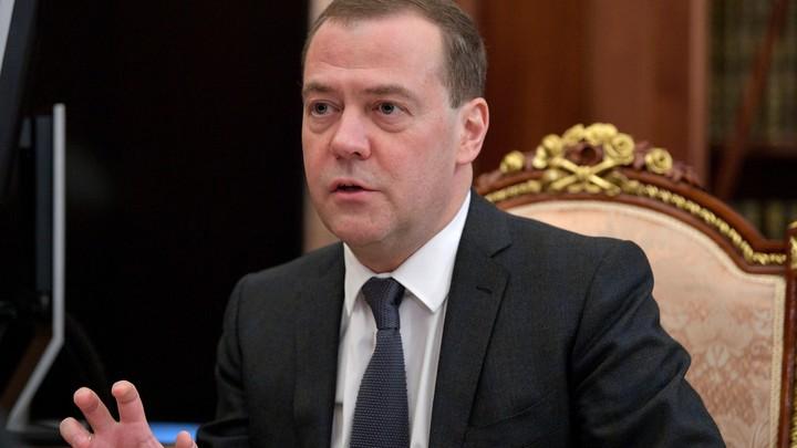 Медведева чуть незащемило дверью влифте, «спасала» охрана
