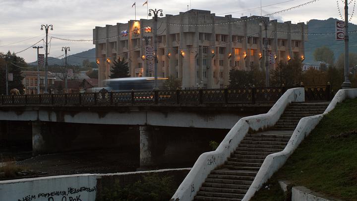 ОМОН перешёл на сторону протестующих? Митинг против самоизоляции во Владикавказе встретил Битарова
