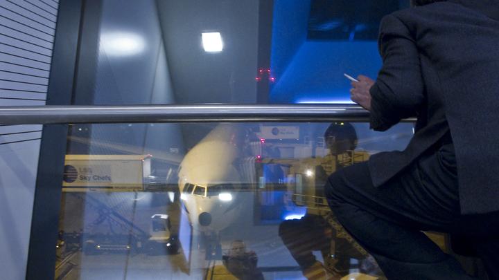 Госдума, заботясь о некурящих пассажирах, планирует разрешить курилки в аэропортах
