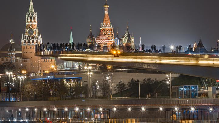 Прыжок с видом на Кремль: Спасатели выехали к Парящему мосту в Зарядье