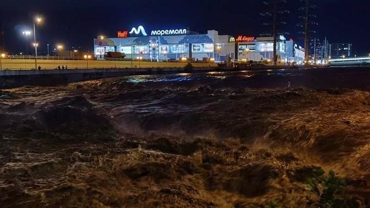 За час выпала почти месячная норма осадков: В Сочи начали ликвидировать последствия потопа