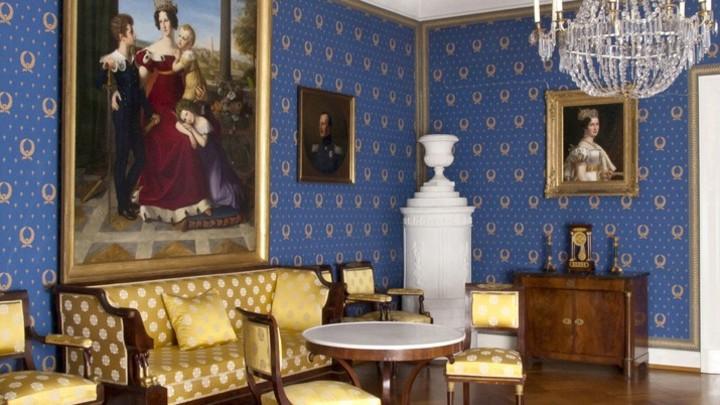В настоящее время залы дворца используются в качестве музея. В его коллекции личные вещи и мебель той эпохи: посуда, платья, а также рояль и обстановка, автографы Николая II и Александры Федоровны, портреты императриц и Александра II. Фото: Евгений Криниц