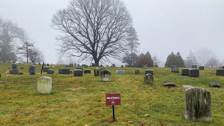 Хоронили тайно? В Подмосковье женщина на семейной могиле нашла подселенца