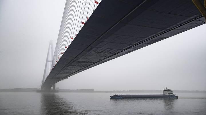 В Южном Китае сильными дождями смыло мост вместе с машинами